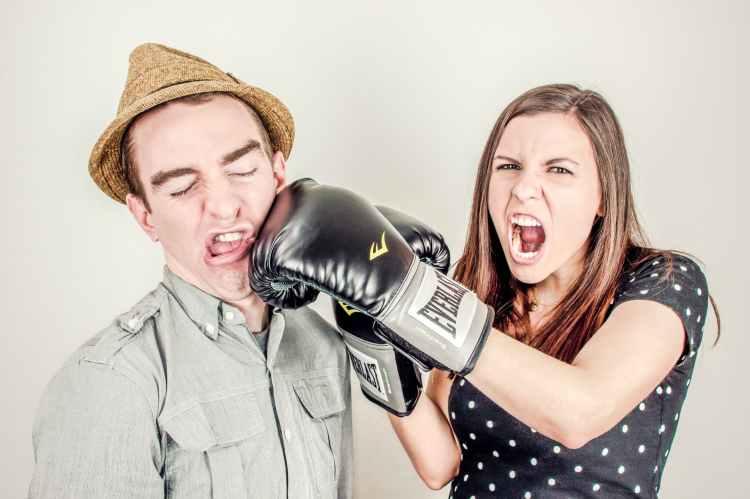 women's-self-defense-when-travelling-solo